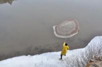 BALIK TUTMAK - Kars'ta Eriyen Buzlar Balıkçılara Yaradı