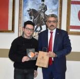 LİSE ÖĞRENCİSİ - 15 Yaşındaki Furkan, Kitabını Başkan Alıcık'a Hediye Etti