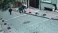 YARALI KADIN - Beyoğlu'ndaki Kadına Bıçaklı Saldırı Kamerada
