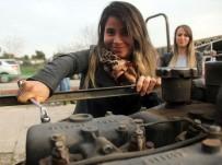 TOPUKLU AYAKKABı - Ojeli Elleriyle Tamir Ettikleri Traktörü Topuklu Ayakkabılarıyla Sürdüler
