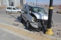 NUMUNE HASTANESİ - Sivas'ta İki Hafif Ticari Araç Çarpıştı Açıklaması 6 Yaralı