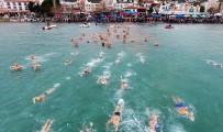 KADIN SPORCU - Kış Ortasında 500 Kişi Datça'da Yüzdü