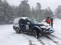 ELVERİŞSİZ HAVA - Dağda Mahsur Kalan 5 Kişi Kurtarıldı