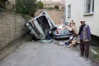 NIĞDE MERKEZ - Kamyonet Otomobilin Üzerine Düştü