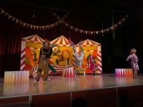 ROBOT - Kütahya Belediyesi Şehir Tiyatrosu, 'Benim Güzel Pabuçlarım' Oyununu Akşehir'de De Sahneledi