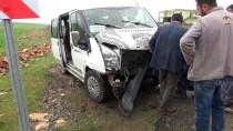 Öğrenci Servisi İle Hafif Ticari Araç Çarpıştı Açıklaması 11 Yaralı