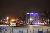 AYDINLATMA DİREĞİ - Taksim'de Atıl Durumdaki Aydınlatma Direkleri Kaldırıldı