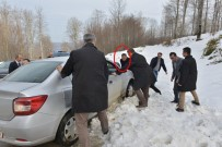 OSMAN KAYMAK - Vali, Karda Yolda Kalan Vatandaşın Aracını İtti