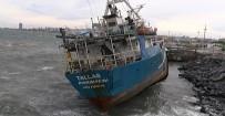 İstanbul'da Fırtına Açıklaması Gemi Karaya Oturdu