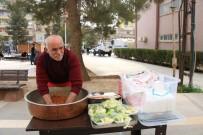 35 Yıllık Çiğ Köfte Ustası Seyyar Tezgahı İle Geçimini Sağlıyor