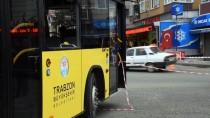 BELEDIYE OTOBÜSÜ - Rampada kayan belediye otobüsü çocuk parkına düştü