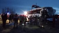 MEDİKAL KURTARMA - Van'da Trafik Kazası; 2 Ölü, 21 Yaralı
