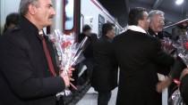 SELAHATTIN BEYRIBEY - 'Doğu Ekspresi' Yolcularına Sıcak Çorba Ve Helva İkram Edildi