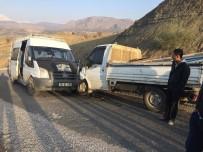 YOLCU MİNİBÜSÜ - Kamyonet İle Yolcu Minibüsü Çarpıştı Açıklaması 3 Yaralı