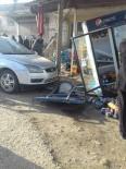 KÖSECELI - Otomobil Önce Köpeğe Sonra Buzdolabına Çarptı Açıklaması 2 Yaralı