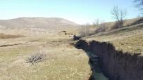 OYMAPıNAR - Toprak Kayması Sonucu Dev Yarıklar Oluştu