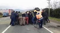ŞEKER HASTASı - Devrilen Taksiyi 17 Kişi Zor Kaldırdı