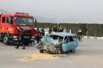 MERKEZ EFENDİ - Otomobil İle Minibüs Çarpıştı Açıklaması 1 Ölü, 2 Yaralı
