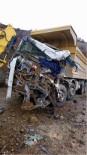 Toprak Yüklü Kamyon Başka Bir Kamyonun Üzerine Devrildi Açıklaması 1 Ölü, 1 Yaralı