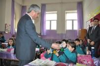 KARS VALISI - Kars'ta, Öğrencilere Sarıkamış Ve Gazi Ahmet Muhtar Paşa Çizgi Romanı Dağıtıldı
