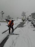 KALDIRIMLAR - Akçakoca'da Kar Küreme Çalışması