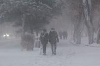 BENZİN İSTASYONU - Erzurum'da Kar Ve Tipi Nedeniyle Araçlar Yolda Kaldı