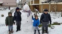 KARDAN ADAM - Kar Yağışı Çocukları Sevindirdi