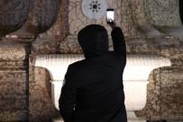 TAKSIM MEYDANı - Taksim'de Turistlerin Kar Selfiesi