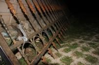 AYHAN ŞAHENK - Okulun Demir Korkulukları Kafasına Saplandı