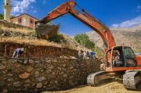 TOPRAK KAYMASI - Büyükşehir 3 Yılda 53 Menfez, 91 Bin Metreküp Taş Duvar Yaptı