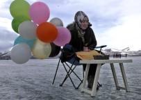 ÇıLDıR GÖLÜ - Buz Tutan Çıldır Gölünde Doğum Günü Kutlayıp Horon Teptiler