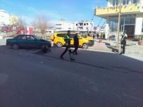 HÜSEYIN TÜRK - Hafif Ticari Araç İle Otomobil Çarpıştı Açıklaması 2 Yaralı