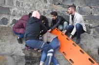 KAFKAS ÜNİVERSİTESİ - Kars Kalesi'nden Düşen Üniversiteli Kız Yaralandı