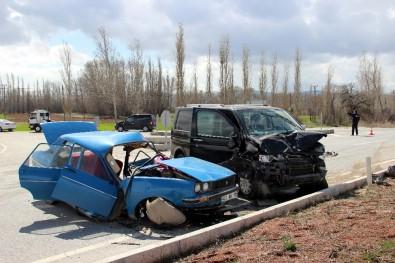 Kütahya'da Otomobil İle Minibüs Çarpıştı Açıklaması 2 Ölü, 2 Yaralı
