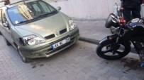 MOTOSİKLET SÜRÜCÜSÜ - Park Halindeki Otomobile Çarpan Motosiklet Sürücüsünün Bacağı Kırıldı
