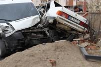 HUZUR MAHALLESİ - Sivas'ta Otomobil İle Öğrenci Servisi Çarpıştı Açıklaması 3 Yaralı
