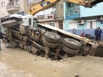 KANALİZASYON - Çalışma Yapılan Yol Çöktü Kamyon Çukura Düştü
