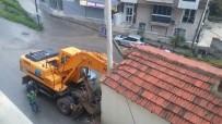 İŞ MAKİNESİ - Kontrolden Çıkan İş Makinesi Eve Çarptı