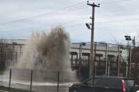 İŞ MAKİNESİ - Metrelerce Yükselen Su Korku Dolu Anlar Yaşattı