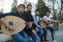 İSMAIL NACAR - Tokat'ta 4 Öğrenci Sokak Müziği Yaparak Harçlıklarını Çıkartıyor