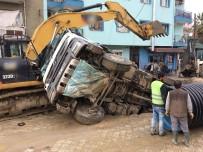 KANALİZASYON - Yol çöktü kamyon çukura düştü