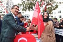 MEHTER TAKIMI - Şehzadeler Belediyesi 18 Mart Şehitler Günü Dolaysıyla Mehter Eşliğinde Bayrak Dağıtıp Şehitleri Andılar
