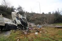 KOCAELI ÜNIVERSITESI - Tarlaya Uçan Kamyonun Şoförü Hayatını Kaybetti