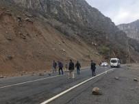 KARAYOLLARI - Yağışlarla Birlikte Karayoluna Kaya Parçaları Düştü
