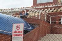 SİGARA İÇİLMEZ - Maçı Sigara İçerek Takip Eden Gözlemci Tepkilere Neden Oldu
