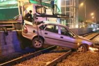 KÖPRÜLÜ - Otomobil Tramvay Yoluna Düştü Açıklaması 2 Yaralı