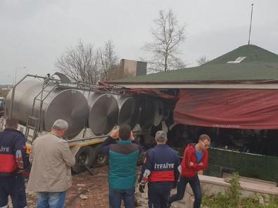 Tanker kafeye girdi: Yaralılar var