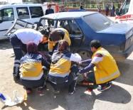 İLK MÜDAHALE - Süt Kamyonu Zincirleme Kazaya Neden Oldu Açıklaması 1 Ölü, 3 Yaralı