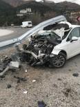 DİREKSİYON - Virajı Alamayan Otomobil, Bariyerlere Saplandı