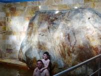 MAHMUTHAN ARSLAN - Hamamın Havuzundaki Devasa Kaya İlgi Odağı